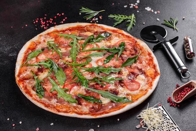 Свежая пицца, запеченная в духовке с рукколой