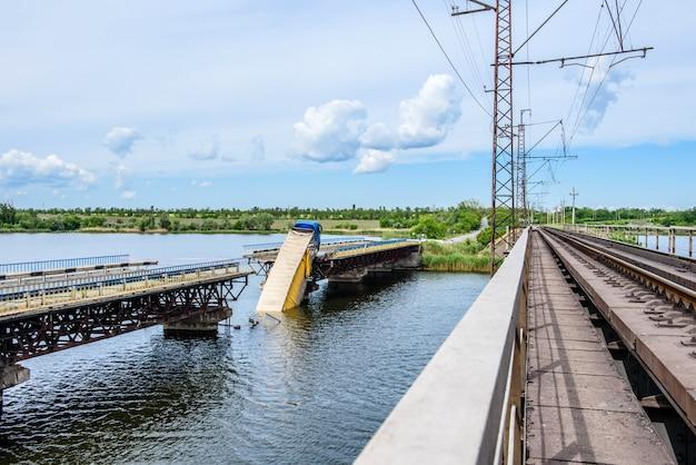 Разрушение мостовых сооружений через реку