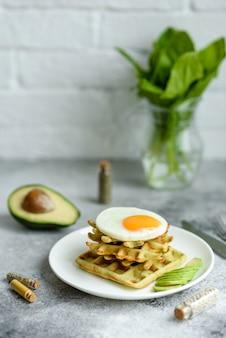 ほうれん草のワッフルと新鮮でおいしい栄養価の高い朝食