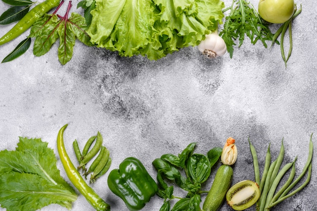 スパイスとハーブの近くの明るくジューシーな緑の野菜の組成