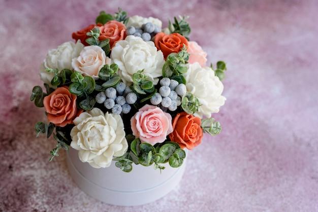 Букет красивых ярких розовых цветов в подарочной цилиндрической картонной коробке. подарочный букет из мыльных цветов