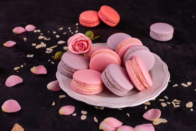 Красивые розовые вкусные миндальное печенье на бетонном фоне