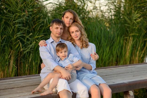 海の海岸の黄色い砂の上幸せな家族