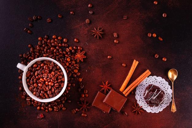 Бодрящий утренний кофе со сладостями. может использоваться как фон
