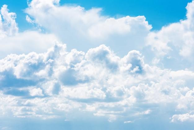 明るい青い空を背景に美しい白い積乱雲