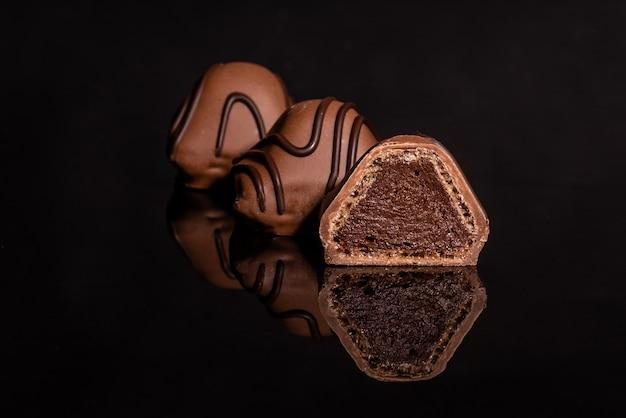 反射ガラスの上にチョコレート。