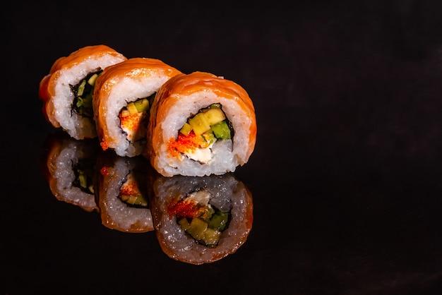 暗い背景に新鮮でおいしい寿司