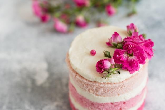 美しいピンクのクリームとベリーのケーキ