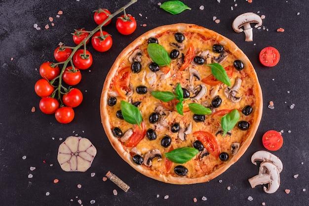 おいしい新鮮なホットピザ