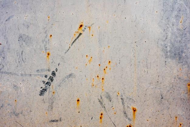 傷や亀裂を持つ金属の質感