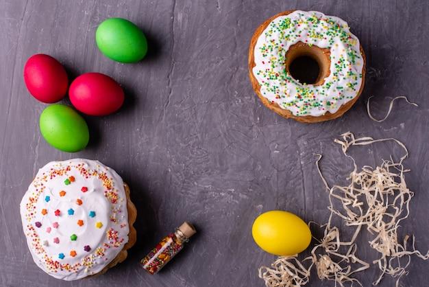 Пасхальный кулич и красочные яйца на темном фоне