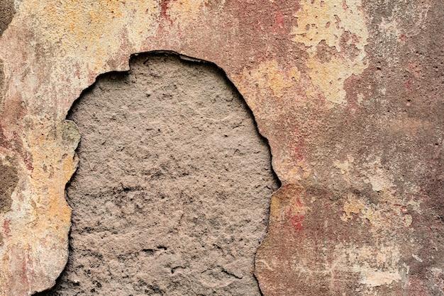 傷やひび割れがある壁の破片