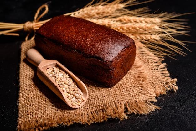穀物とコーンの新鮮な香りのよいパン