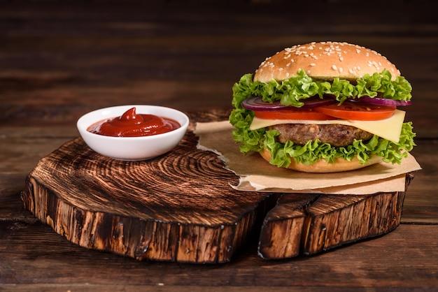 Вкусный домашний гамбургер на гриле с говядиной
