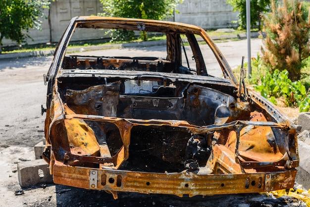 Сгоревшая машина на стоянке на улице