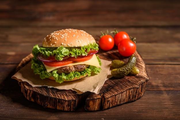 おいしい牛肉の自家製ハンバーガー