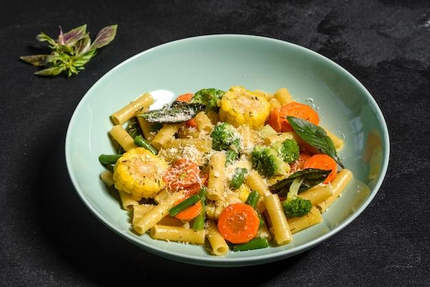 野菜とおいしい新鮮な温かいペースト