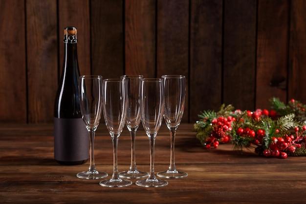 Рождественский праздник стол с бокалами и бутылкой