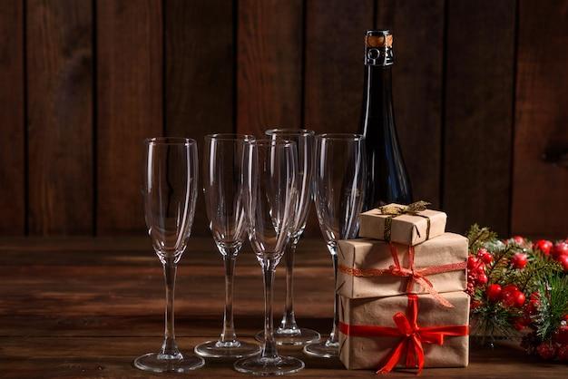 メガネとボトルのクリスマスの休日テーブル