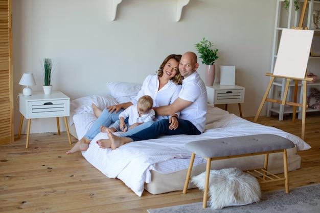 部屋で一緒に幸せな家族