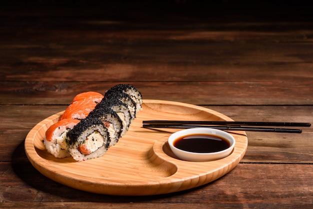 さまざまな種類の寿司を提供しています。サーモン、アボカド、キュウリを巻きます。寿司メニュー。日本食。