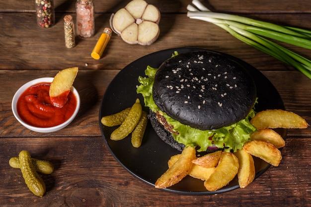 Вкусный домашний гамбургер на гриле. вкусные гамбургеры на гриле. ремесло говяжий бургер и картофель на деревянном столе