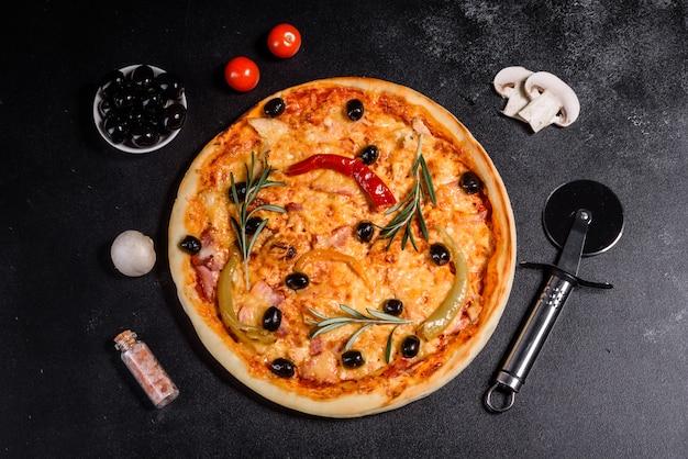 おいしいホットピザ、伝統的なイタリアのレシピ