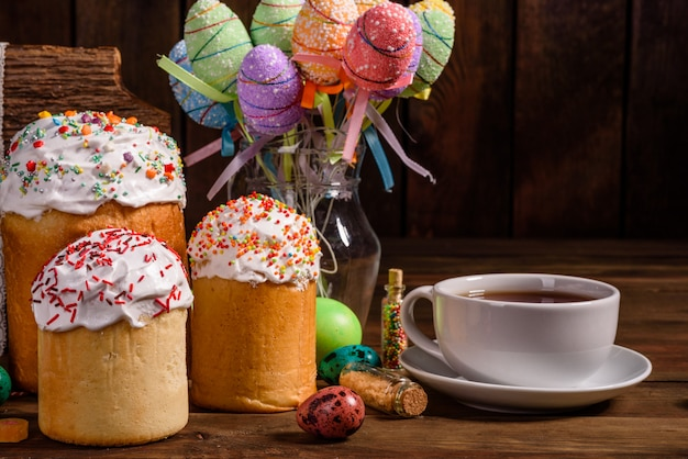 Кулич и разноцветные декоративные яйца