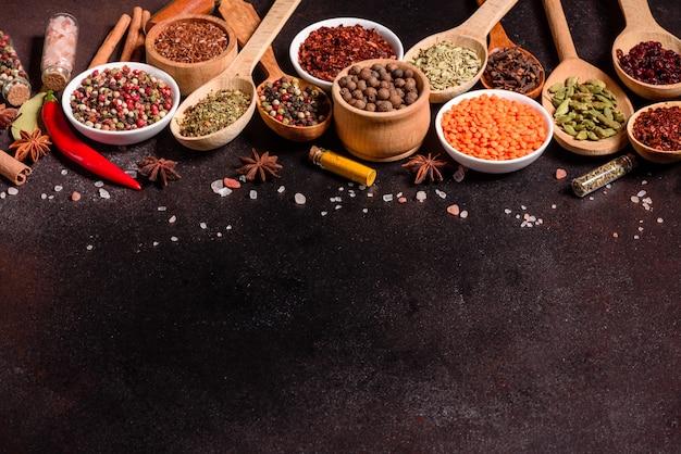 Набор специй и трав. индийская кухня перец, соль, паприка, базилик и др. вид сверху.