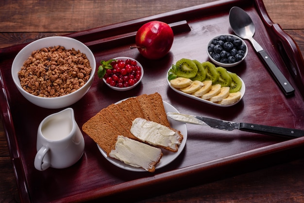 Вкусный завтрак со свежими круассанами и спелыми ягодами на красивом деревянном столе