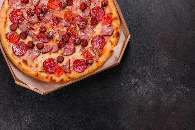 モッツァレラチーズ、サラミ、ハム入りのペパロニピザ。イタリアンピザ