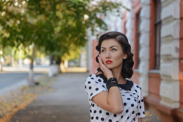 レトロなスタイルで美しい少女