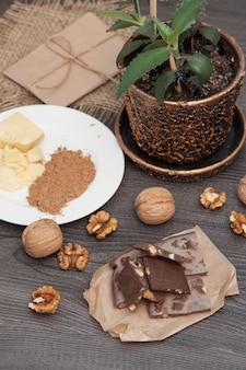 Ручной рожковый шоколад с орехами. ингредиенты какао-масло, рожковое дерево. вертикальная.