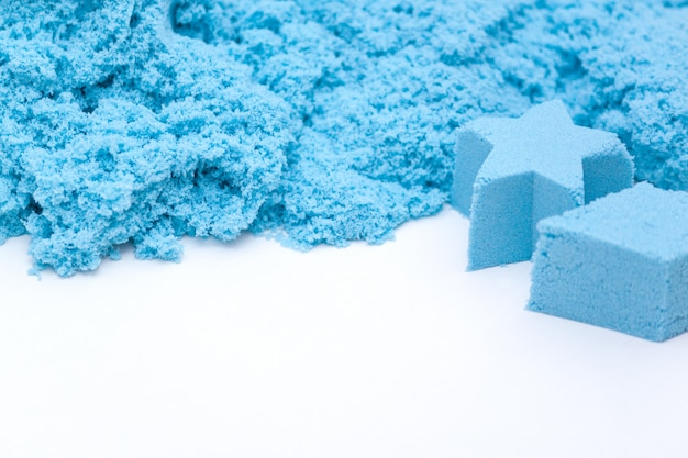 青いキネティック砂のクローズアップ。キッズ開発コンセプト。