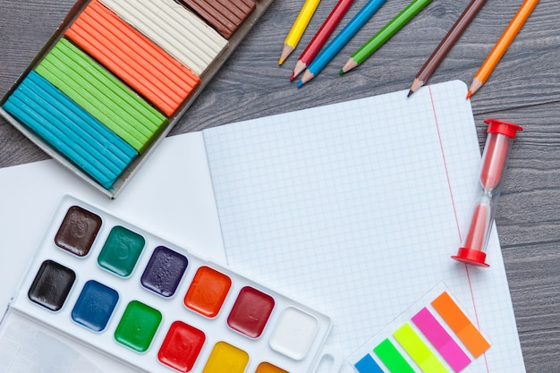 学校および事務用品。学校概念に戻る。