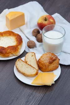 Свежие домашние булочки с кунжутом и сыром