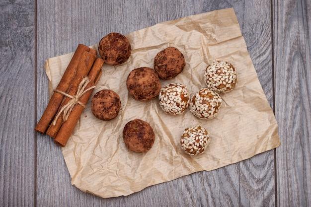 Здоровые натуральные конфеты и сладости из натуральных ингредиентов, энергетический шарик ручной работы с орехами и сухофруктами.