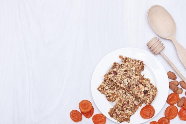 Супер-пуд завтрак мюсли с овсом, орехами, ягодами, фруктами. вид сверху, плоская планировка, копия пространства.