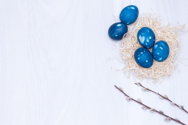 Голубое пространство галактических пасхальные яйца в гнезде. закройте, плоская планировка. пасхальная открытка.