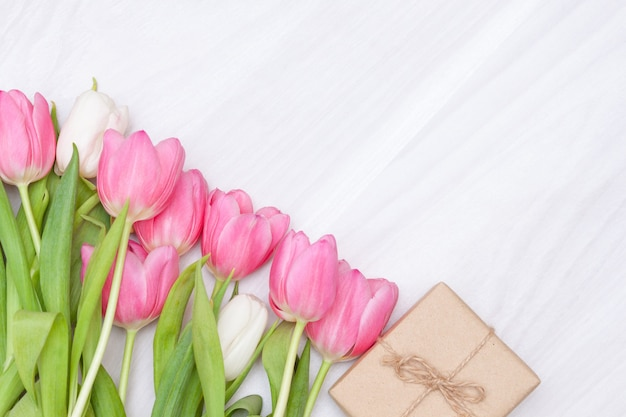 Подарок ручной работы или подарочная коробка с тюльпанами. плоская планировка, копирование пространства.