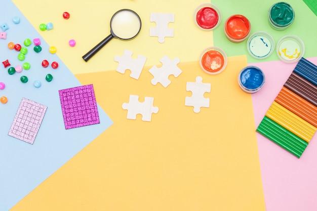子供の工芸、芸術、実験、教育に使用される材料。平干し。子供のための創造性。上面図