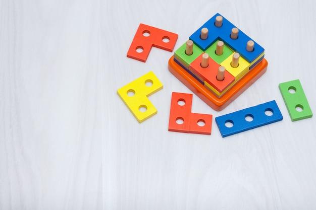 論理的思考、教育のためのカラフルな木のおもちゃ。コピースペース、トップビュー。ロジックゲームのコンセプト。