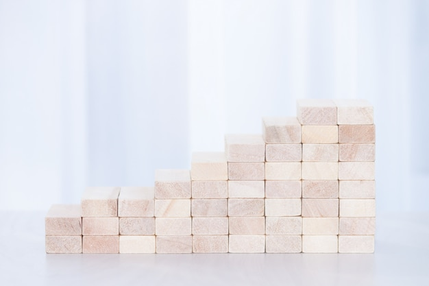 Бизнес-концепция успех успех роста. укладка деревянных блоков