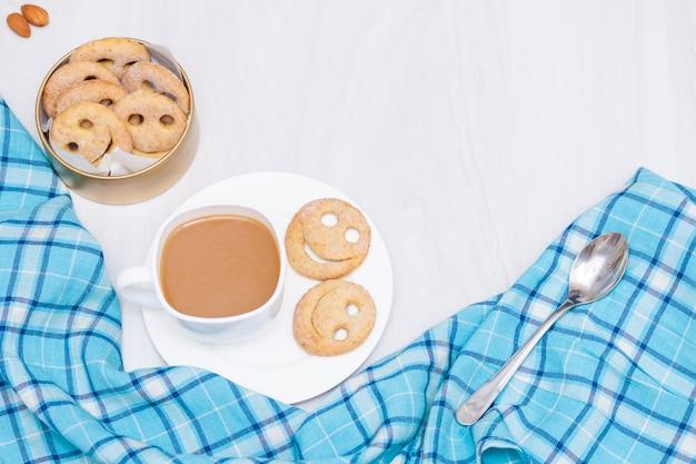 Домашнее улыбка печенье с чашкой кофе. доброе утро или хорошая концепция дня. плоская планировка, копирование пространства.