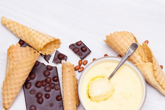 Домашнее мороженое с бананом, шоколадом, орехами с шишками