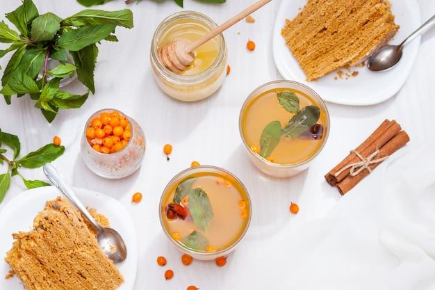 海クロウメモドキ、ミント、蜂蜜、シナモン、蜂蜜の層状ケーキとお茶