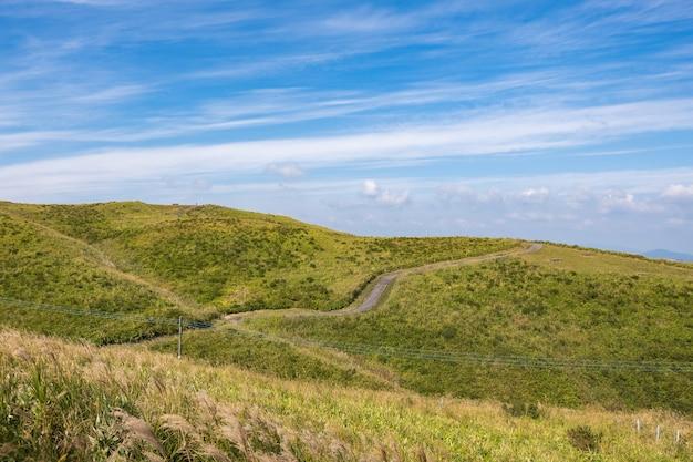 阿蘇山を背景にした緑の風景、大観坊から山の上部の景色