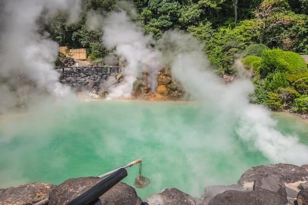Уми джигоку, природный горячий источник, морской ад, голубая вода и горячий