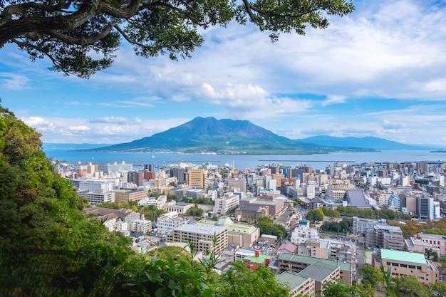 桜島の山、海、青い空を背景に街並み