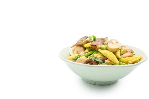 炒め炒め混合野菜キノコとベビーコーン、白い背景で隔離